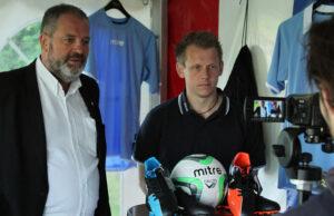 FC Helsing¯rs formand Finn Moseholm (tv) og Mitre's Key Account Manager Brian Jensen.