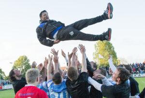 FODBOLD: Cheftræner Christian Lønstrup får lufttur efter kampen i 2. Division Øst mellem FC Helsingør og Holbæk BI den 3. juni 2015 på Helsingør Stadion. Foto: Claus Birch