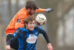 Ricki Olsen (FC Helsingør) i kamp med Sylvester Seeger-Hansen (HB Køge) under træningskampen mellem HB Køge og FC Helsingør den 7. marts 2015 i Køge. Foto: Claus Birch