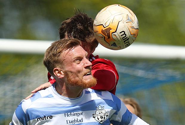 FODBOLD: Andreas Holm (FC Helsingør) i hovedstødsduel med Martin Fisch (HIK) under kampen i 2. Division Øst mellem FC Helsingør og HIK den 24. maj 2015 på Helsingør Stadion. Foto: Claus Birch