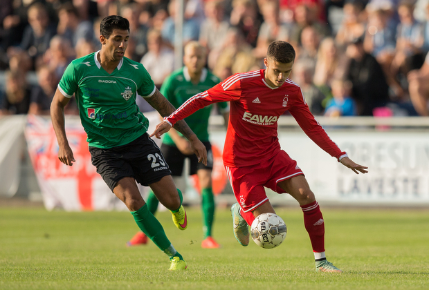 FOOTBALL: Jamie Paterson (Nottingham Forest) is challenged by Dia Raofat (FC Helsingør) during the pre-season match between FC Helsingør and Nottingham Forest at Helsingør Stadion on July 14, 2015 in Helsingør, Denmark. Photo: Claus Birch / ClausBirch.dk