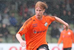 Bjarke Jacobsen (FC Helsing¯r) passerer NÊstveds anf¯rer Joakim Normann.