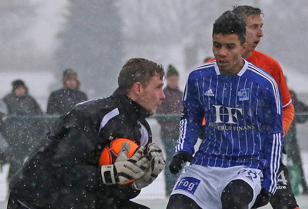 FODBOLD: Mikkel Bruhn (FC Helsingør) griber bolden foran Christoffer Boateng (Lyngby) under træningskampen mellem Lyngby Boldklub og FC Helsingør den 24. januar 2015 ved Lyngby Stadion. Foto: Claus Birch