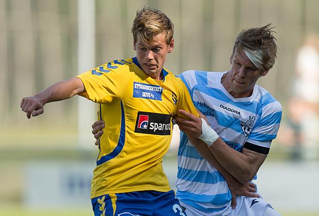 FODBOLD: Frederik Brandhof (Skive) presses af Kasper Enghardt (FC Helsingør) under kampen i Bet25 Ligaen mellem FC Helsingør og Skive IK den 23. august 2015 på Helsingør Stadion. Foto: Claus Birch