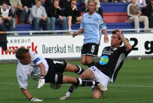 MÂlmand Michael Skjold Hansen (Elite 3000) i en voldsom tackling af Karsten Johansen (Randers FC), med Christian Pind (Elite 3000) klar til at f¯lge op.