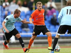 FODBOLD: Dennis Borup (BSV) forsøger at bremse Mads Laudrup (FC Helsingør) under kampen i 2. Division Øst mellem BSV og FC Helsingør den 16. august 2014 på Rundforbi Stadion. Foto: Claus Birch