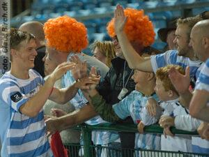 FODBOLD: Kasper Enghardt (FC Helsingør) jubler med klubbens fans over sejren efter kampen i 2. Division Øst mellem Hvidovre IF og FC Helsingør den 17. september 2014 på Hvidovre Stadion. Foto: Claus Birch