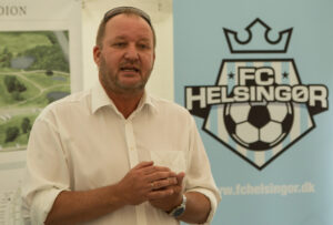 FODBOLD: Sportschef Johnni M. Christensen taler ved sponsorarrangement før kampen i 2. Division Øst mellem FC Helsingør og Nykøbing FC den 13. juni 2015 på Helsingør Stadion. Foto: Claus Birch