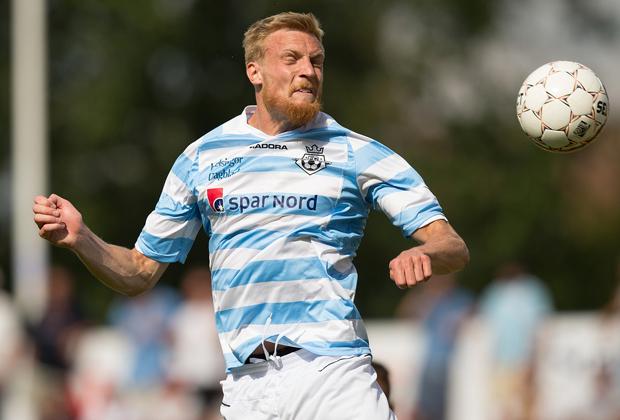 FODBOLD: Andreas Holm (FC Helsingør) header væk under kampen i Bet25 Ligaen mellem FC Helsingør og Skive IK den 23. august 2015 på Helsingør Stadion. Foto: Claus Birch