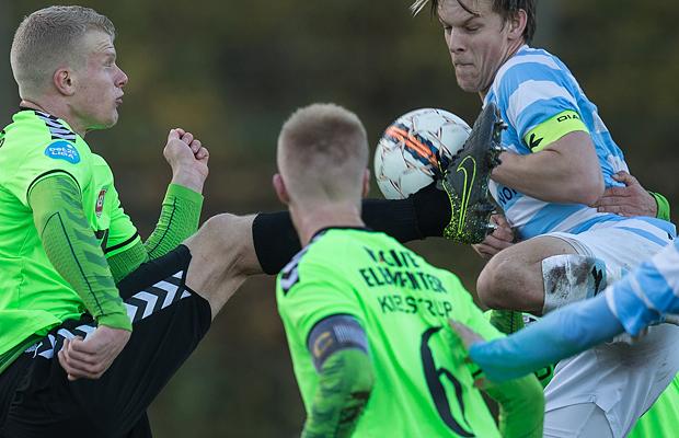 FODBOLD: Jacob Dehn Andersen (Vejle) i hård kamp med Kasper Enghardt (FC Helsingør) under kampen i Bet25 Ligaen mellem FC Helsingør og Vejle Boldklub den 8. november 2015 på Helsingør Stadion. Foto: Claus Birch