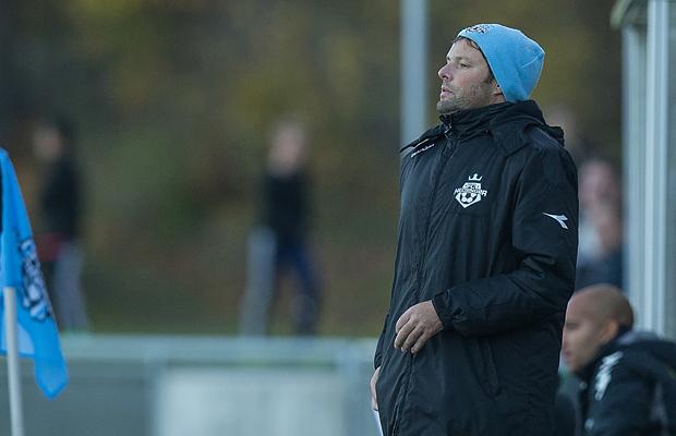 FODBOLD: Cheftræner Christian Lønstrup (FC Helsingør) på sidelinien under kampen i Bet25 Ligaen mellem FC Helsingør og Vejle Boldklub den 8. november 2015 på Helsingør Stadion. Foto: Claus Birch