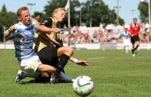 Daniel Udsen (FC Helsing¯r) bremses af Gustav Rosted (Nyk¯bing FC).
