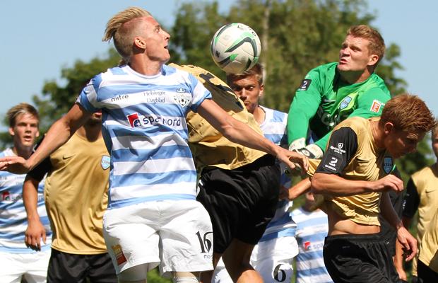 Mads Heidelbach Hansen (FC Helsing¯r) header mod mÂlmand Steffen Petersen (Nyk¯bing FC).
