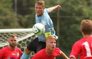 Nicolai Geertsen (BSV) nÂr h¯jere end Bjarke Jacobsen (FC Helsing¯r).