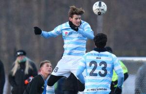 FODBOLD: Gustav Therkildsen (FC Helsingør) i luften under træningskampen mellem FC Helsingør og OB den 22. januar 2016 på Hornbæk Idrætsanlæg. Foto: Claus Birch