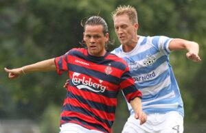 Daniel Elly Pedersen (Frem) presses af Bobby Alm Nilsson (FC Helsing¯r).
