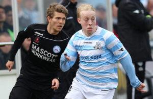 FODBOLD: Mads Aaquist (FC Helsingør) følges af Nicolaj Ritter (Silkeborg IF) under kampen i Bet25 Ligaen mellem FC Helsingør og Silkeborg IF den 28. marts 2016 på Helsingør Stadion. Foto: Claus Birch