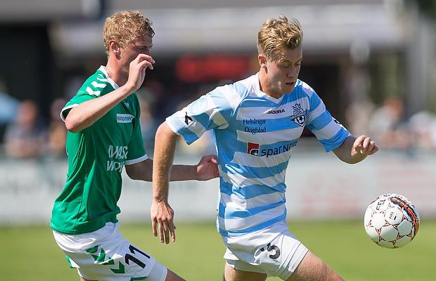 FODBOLD: Nicholas Marfelt (FC Helsingør) følges af Emil Holten (AB) under kampen i 1. Division mellem FC Helsingør og AB den 24. juli 2016 på Helsingør Stadion. Foto: Claus Birch