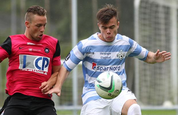 Emil Nielsen (FC Roskilde) i kamp med Matthias Andersen (FC Helsing¯r).